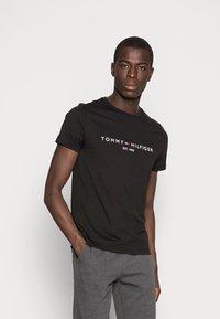 Tommy Hilfiger - LOGO TEE - Camiseta estampada - black - 0