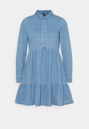 VMMARIA FRILL SHORT DRESS - Denimové šaty - light blue denim
