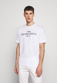 Emporio Armani - T-shirt imprimé - bianco lett - 2