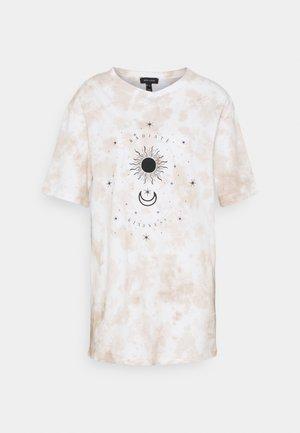 TIE DYE MYSTIC TEE - T-shirt z nadrukiem - camel