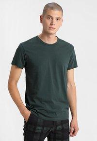 Samsøe Samsøe - KRONOS  - Basic T-shirt - darkest spruce - 0