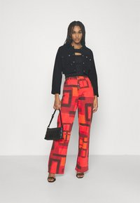 Jaded London - PRINTED SLOUCHY FIT SMOKE PRINT - Široké džíny - red - 1