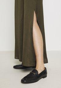 NAF NAF - HELENE - Maxi sukně - new kaki - 3