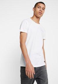 Amsterdenim - GROETEN UIT - T-shirt con stampa - white - 2