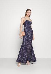 Missguided - FLORAL CAMI FISHTAIL BRIDESMAID DRESS - Sukienka z dżerseju - navy - 1
