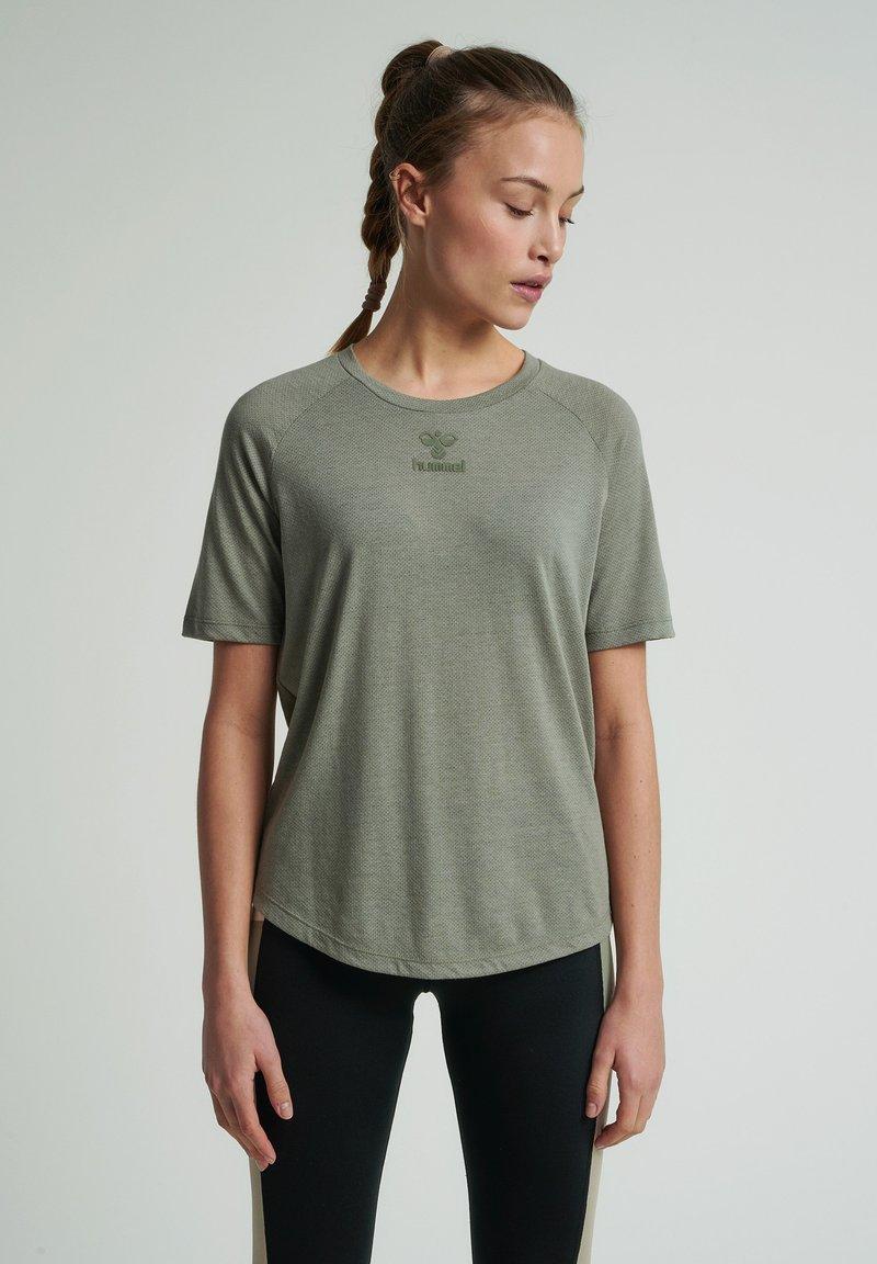 Hummel - HMLVANJA - Basic T-shirt - vetiver