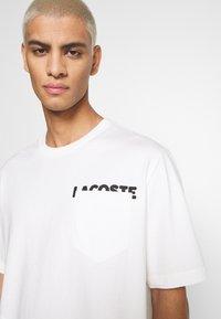 Lacoste LIVE - UNISEX - T-shirt basic - flour/black - 6