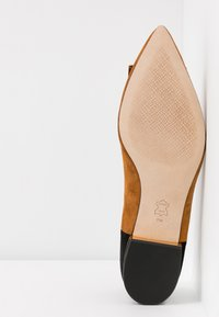 Tory Burch - GIGI POINTY TOE FLAT - Baleríny - dark tiramisu/perfect black - 6