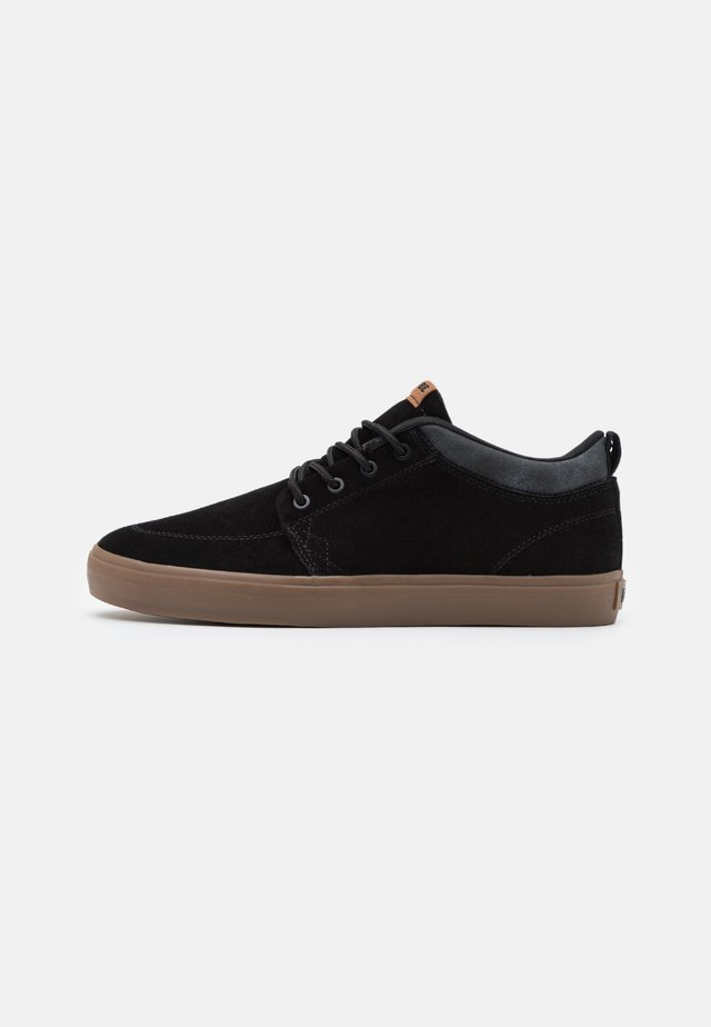 CHUKKA - Skate shoes - black/grey/tobacco