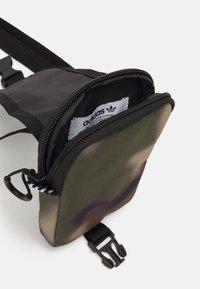 adidas Originals - CAMO MAP BAG UNISEX - Olkalaukku - wild pine/black - 2