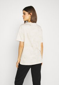 Nike Sportswear - TEE ICON CLASH - Camiseta estampada - light orewood - 2