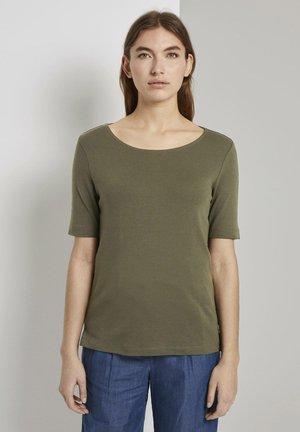 MIT WEITEM AUSSCHNITT - Basic T-shirt - woodland green