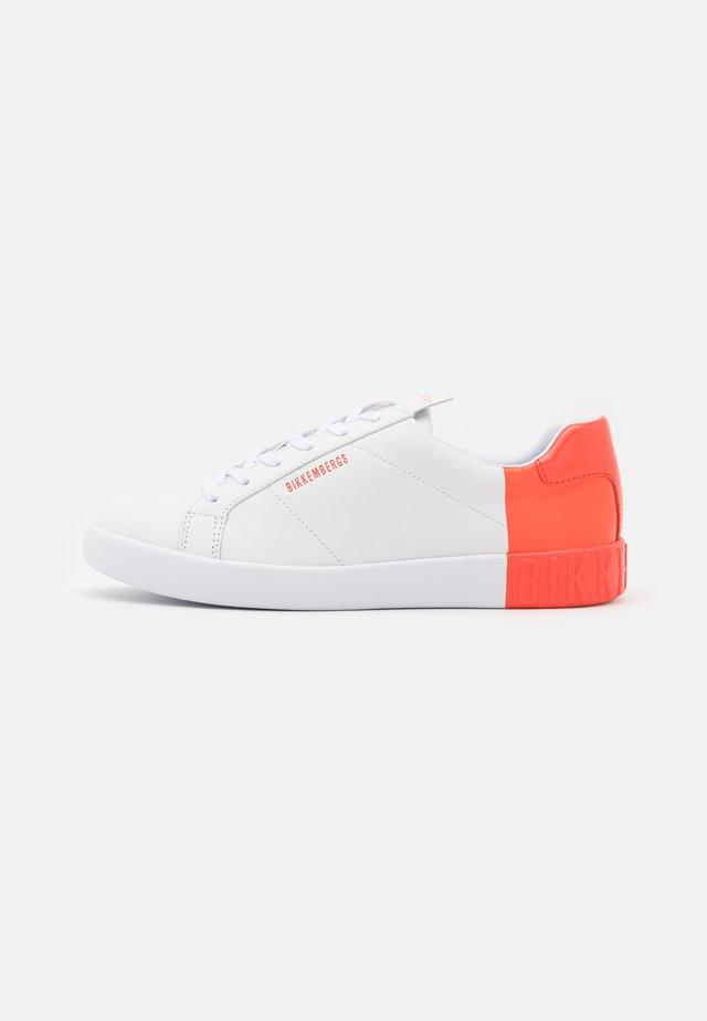 SVEVA - Trainers - white/coral