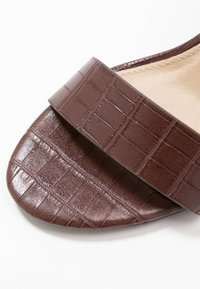 4th & Reckless - ADRIANNA - Sandales à talons hauts - brown