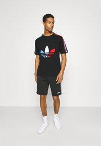 adidas Originals - TRICOL TEE UNISEX - Camiseta estampada - black - 1