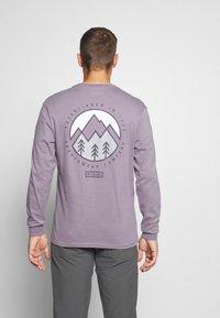 Columbia - CADES COVELS GRAPHIC TEE - Top sdlouhým rukávem - shale purple - 2