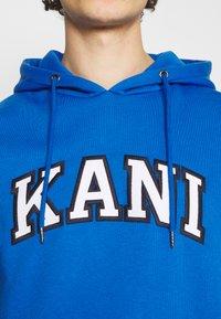 Karl Kani - SERIF HOODIE UNISEX - Hoodie - blue - 4