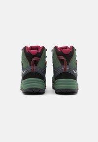 Salewa - ALP TRAINER 2 MID GTX - Zapatillas de senderismo - duck green/rhododendon - 2
