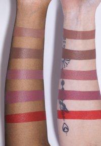 LH cosmetics - VELVET COUTURE - Liquid lipstick - deep nougat - 3