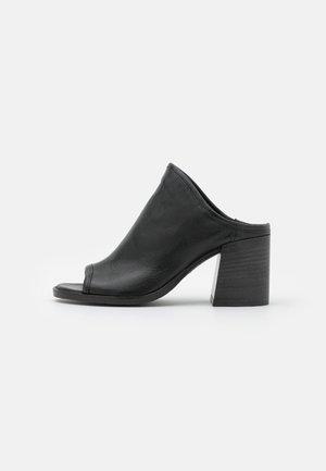 SUA - Pantofle na podpatku - nero