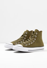 Converse - CHUCK TAYLOR ALL STAR RETROGRADE - High-top trainers - surplus olive/habanero red - 4