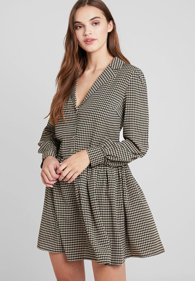 VIBRO DRESS - Sukienka koszulowa - black/white/golden rod