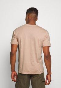 Carhartt WIP - Basic T-shirt - vegas pink - 2