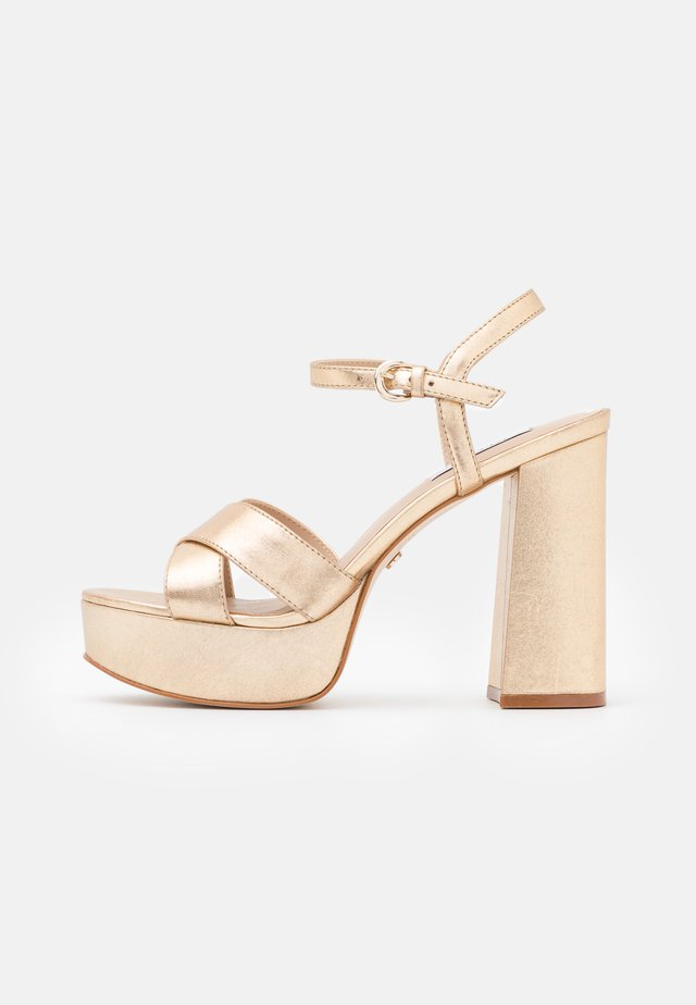 HIGHLIGHT CROSS STRAP PLATFORM  - Sandalen met plateauzool - gold