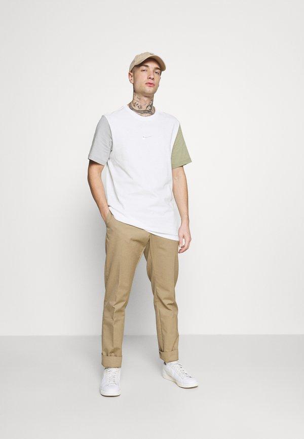 Nike Sportswear TEE - T-shirt z nadrukiem - white/summit white/biały Odzież Męska PXDC