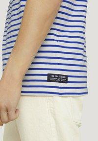 TOM TAILOR DENIM - Print T-shirt - blue white thin stripe - 4