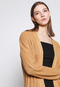 Missguided - LONGLINE PATCH POCKET CARDI - Cardigan - camel - 4