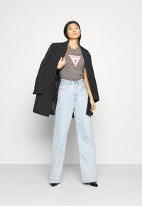 Guess - T-shirts med print - medium charcoal heather - 1