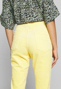Monki - KIMMY TROUSERS - Kalhoty - yellow - 3