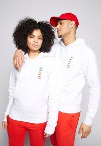 Lacoste - POLAROID UNISEX HOODIE - Sweatshirt - white - 5