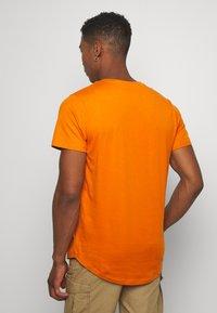 Jack & Jones - JJENOA TEE CREW NECK 5 PACK - Basic T-shirt - crockery/ombr/hawaiia/fade/dusty - 2