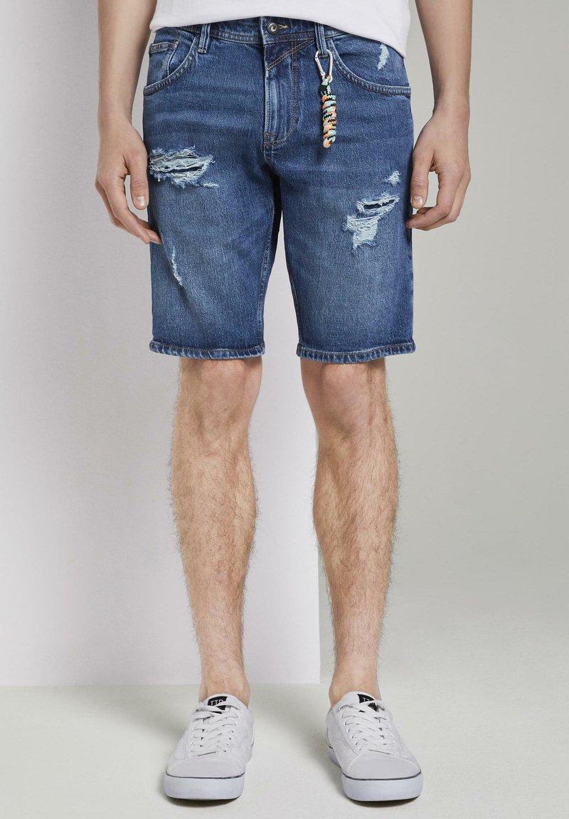 TOM TAILOR DENIM - MIT SCHLÜSSELAN - Denim shorts - random bleached  blue denim