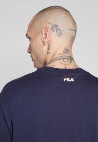 Fila - SAKU TEE - T-shirt con stampa - black iris - 4