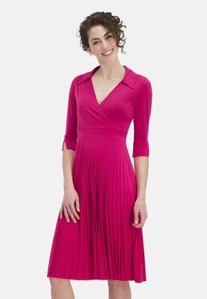 ELEGANTES MIT UMLEGEKRAGEN VIGIARA - Day dress - pink