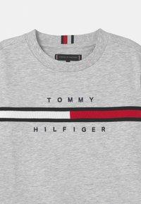 Tommy Hilfiger - FLAG INSERT  - Collegepaita - light grey heather - 2
