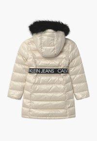 Calvin Klein Jeans - ESSENTIAL LONG - Kabát zprachového peří - off-white - 1