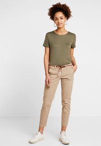 ONLY - ONLEVELYN ANKLE PANT  - Chinos - silver mink - 1