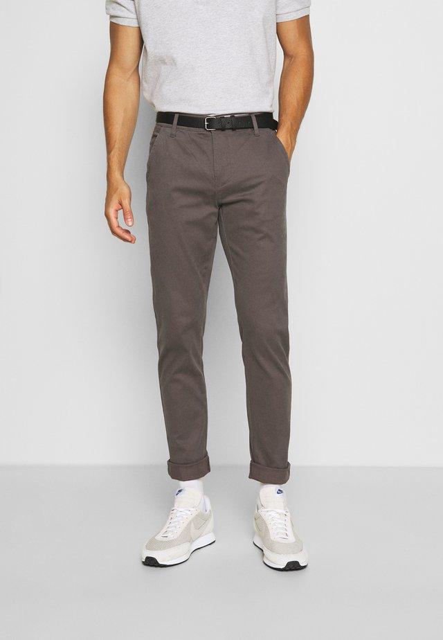 CLASSIC WITH BELT - Pantalones chinos - mid grey