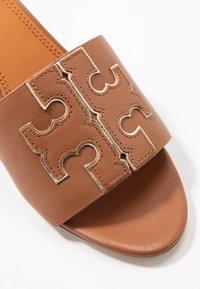 Tory Burch - INES SLIDE - Pantofle na podpatku - tan/spark gold - 2