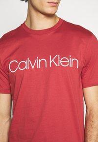 Calvin Klein - FRONT LOGO - T-shirt imprimé - red - 5
