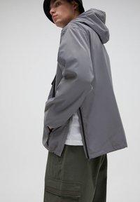 PULL&BEAR - Kevyt takki - light grey - 4