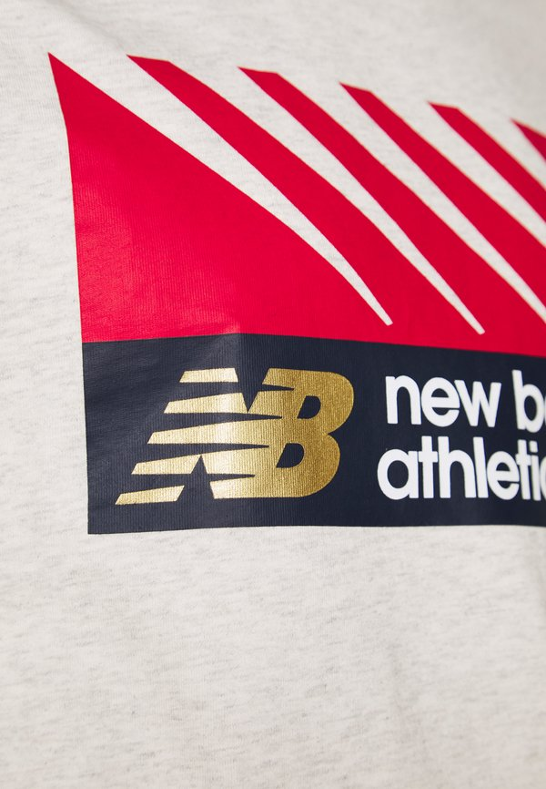 New Balance ATHLETICS VILLAGE TEE - T-shirt z nadrukiem - mottled grey/jasnoszary melanż Odzież Męska NMRE