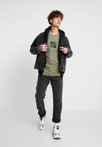 Jack & Jones - JCOSOLID TEE CREW NECK - T-shirt med print - winter moss - 1