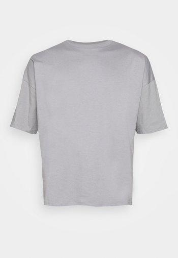 NU-IN X AZIZ LEM BOXY OVERSIZED  - T-shirt - bas - grey