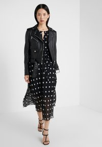 DKNY - KEYHOLE NECK MIDI WITH SELF BELT - Robe d'été - black/cloud - 1
