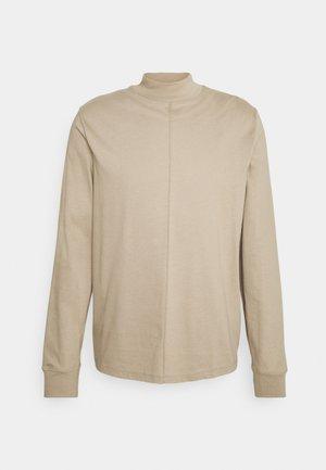 M. MARLON MOCK-NECK LONGSLEEVE - T-shirt à manches longues - desert taupe